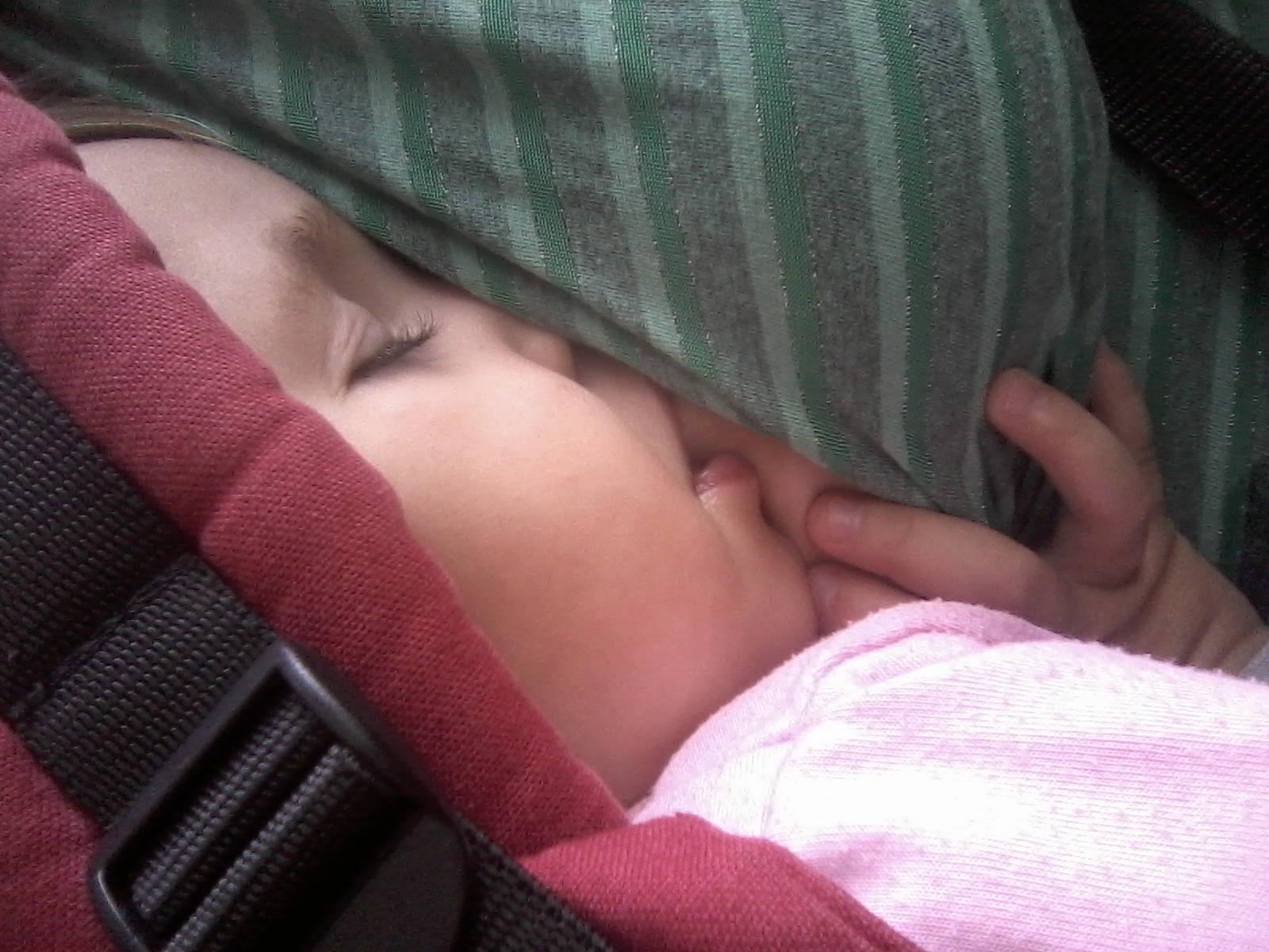 Dojčenie v nosiči